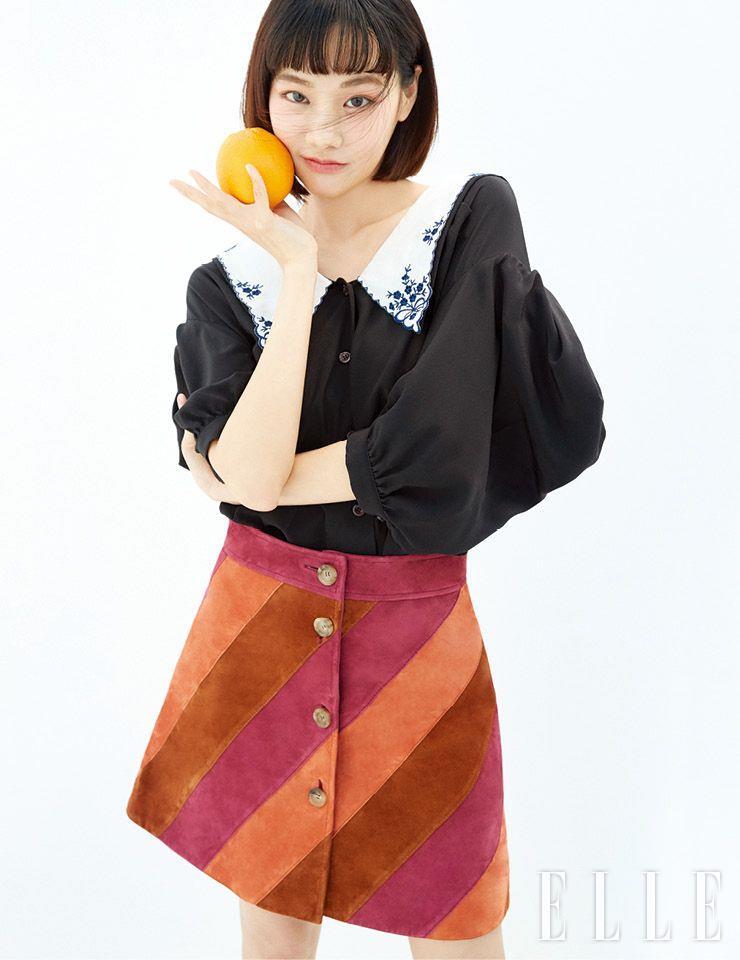 퍼프 슬리브 셔츠와 컬러 블록 스웨이드 스커트는 모두 Miu Miu.