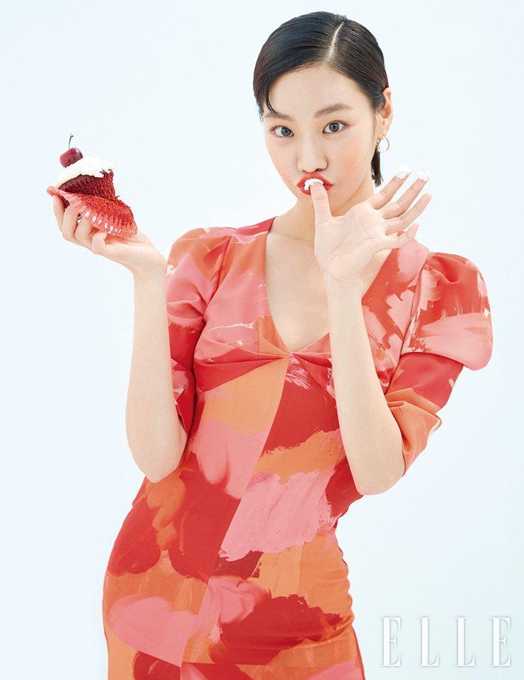 붓 터치 프린트의 드레스는 Miss Gee Collection. 골드 이어링은 스타일리스트 소장품.