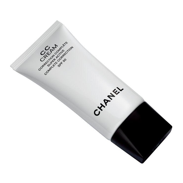 CC 크림 수퍼 엑티브 컴플리트 코렉션 SPF 50, 7만8천원, Chanel. 스킨케어 활성 성분과 정교한 피그먼트, UV 필터로 강력한 자외선 차단 기능을 결합한 CC크림. 촉촉하게 발리고 '슥' 녹아내리는 텍스처로 피부 톤을 균일하게 가꿔준다.