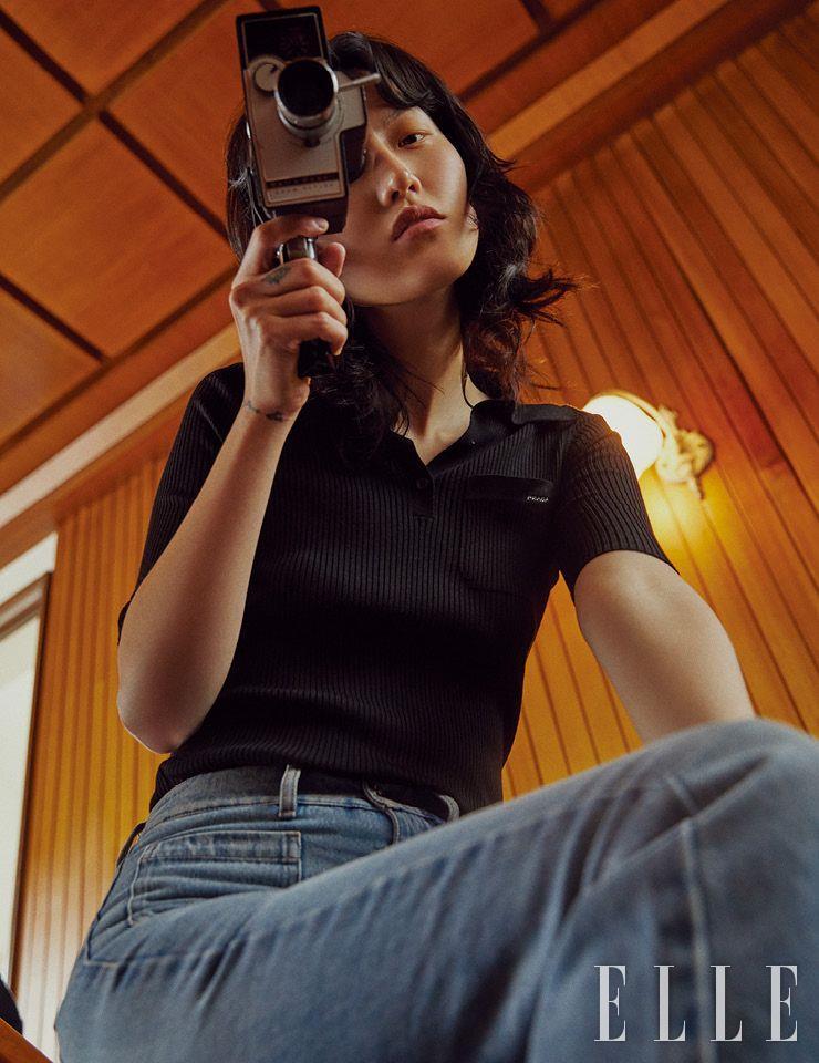 블랙 피케 셔츠는 가격 미정, Prada. 스퀘어 포켓 디테일의 데님 팬츠는 가격 미정, Miu Miu.