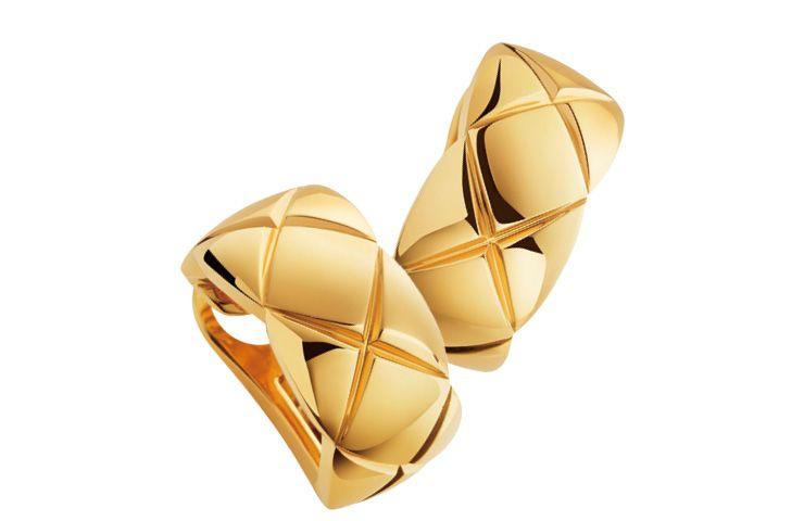 퀼팅 모티프의 옐로골드 이어링은 가격 미정,  Chanel Fine Jewelry.