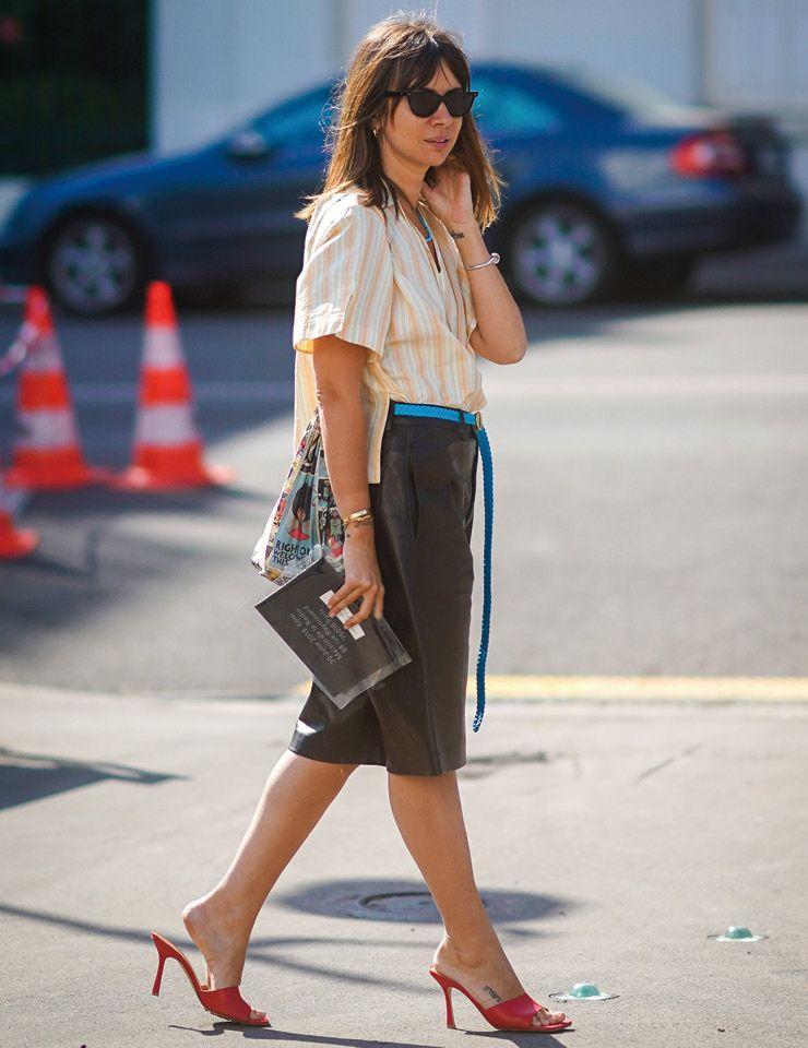 평소 실용적인 스타일링을 즐기는 패션 에디터 나타샤 골든버그는 밋밋할 수 있는 룩에 컬러 벨트와 슈즈로 포인트를 줬다.