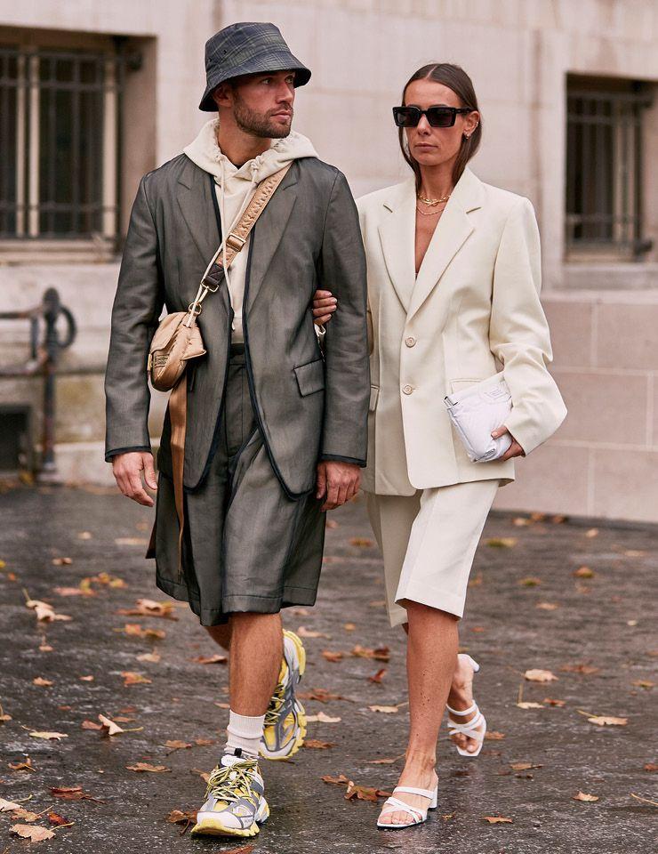 소재가 다른 버뮤다 팬츠를 입고 발맞춰 걷는 커플 룩이 이토록 '쿨'할 수가! 올여름엔 같은 컬러, 같은 아이템으로 연출한 커플 룩에서 벗어나볼 것.