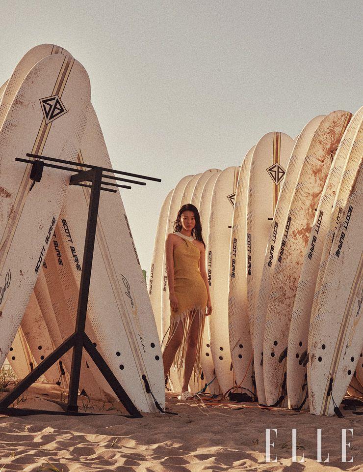 프린지 니트 드레스는 2백59만5천원, 볼드한 이어링은 69만5천원, 모두 Bottega Veneta. 화이트 슬라이드는 2만9천9백원, Crocs.