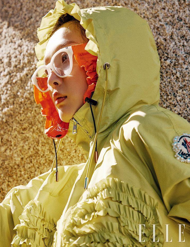 라임 컬러의 레인코트는 2백25만원, 8 Moncler Richard Quinn. 선글라스는 28만5천원, DKNY Eyewear by DK. 선글라스와 레이어드한 스키모 액세서리는 16만원, Gentle Monster.