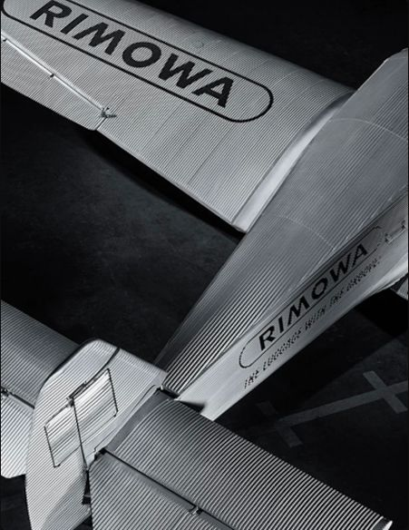 리모와 수트케이스의 그루브 디자인은 1950년, 금속 항공기에서 힌트를 얻어 탄생했다. @rimowa.com
