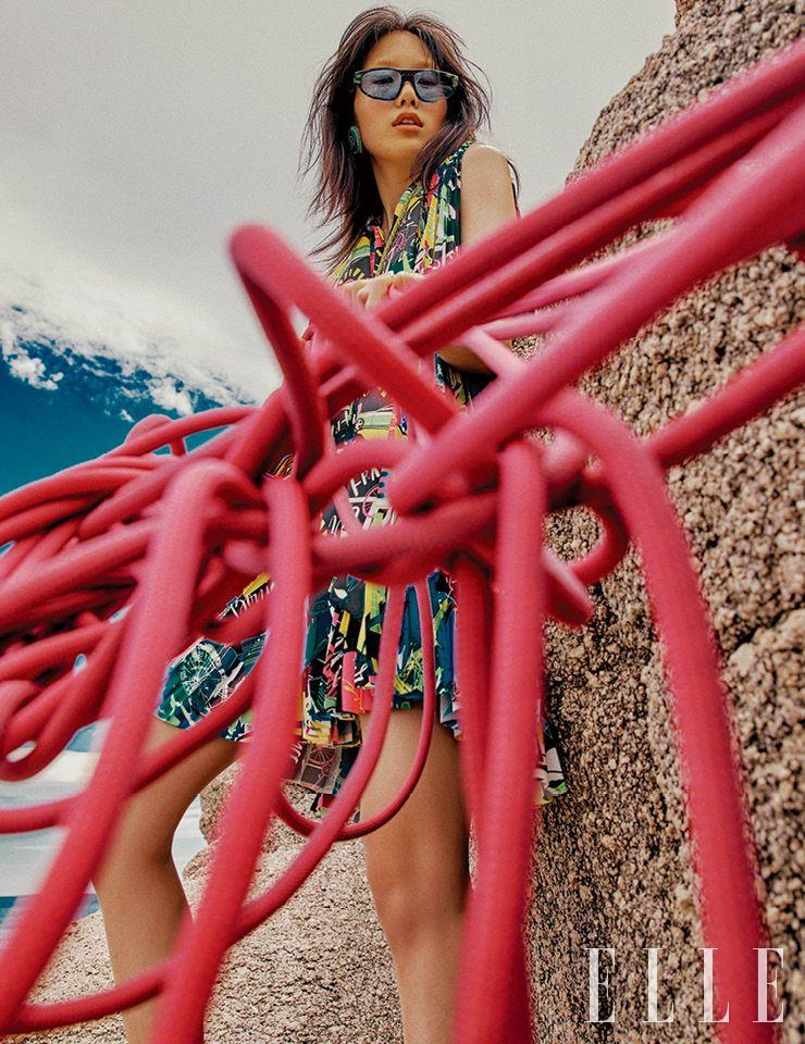 그래픽 패턴의 드레스와 선글라스, 이어링은 가격 미정, 모두 Balenciaga.
