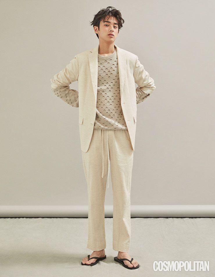 재킷, 니트 톱, 팬츠 모두 가격미정 르쥬. 플립플롭 스타일리스트 소장품.
