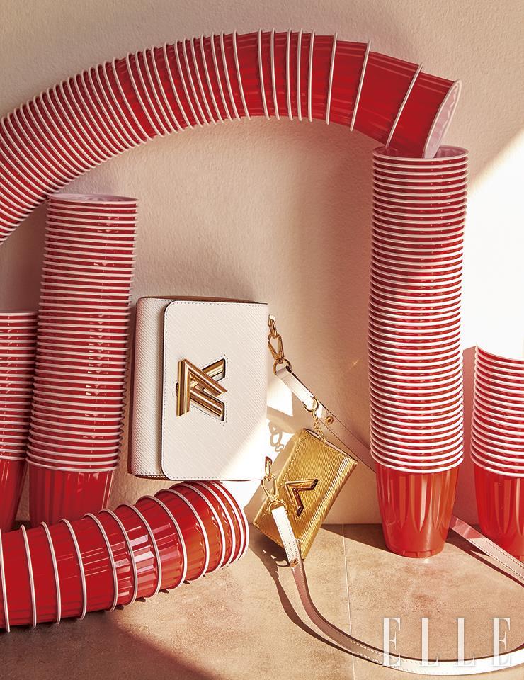 화이트 백과 골드 미니 백이 레이어드된 트위스트 & 트위스티 백은 Louis Vuitton.