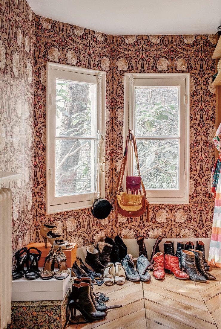 윌리엄 모리스가 디자인한 화려한 벽지가 고풍스러운 느낌을 자아내는 드레스 룸.