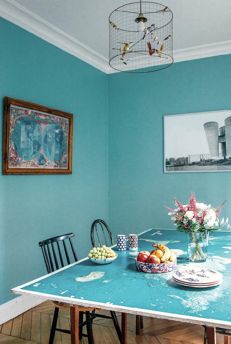 캉파나의 디자인 감각은 모든 곳에서 발휘된다. 다이닝 룸에 놓인 식탁은 오래된 프랑스 지도를 활용해 만든 것. 식탁 의자는 핀란드 디자이너 일마리 타피오바라(Ilmari Tapiovaara)의 빈티지 제품이다.