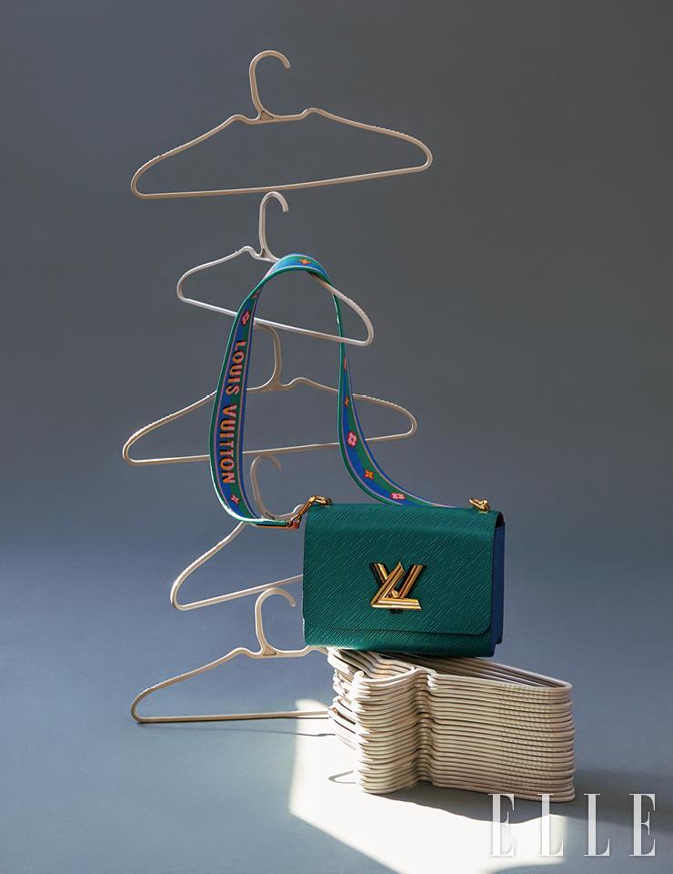 레트로 무드의 패브릭 스트랩이 돋보이는 트위스트 백은 Louis Vuitton.