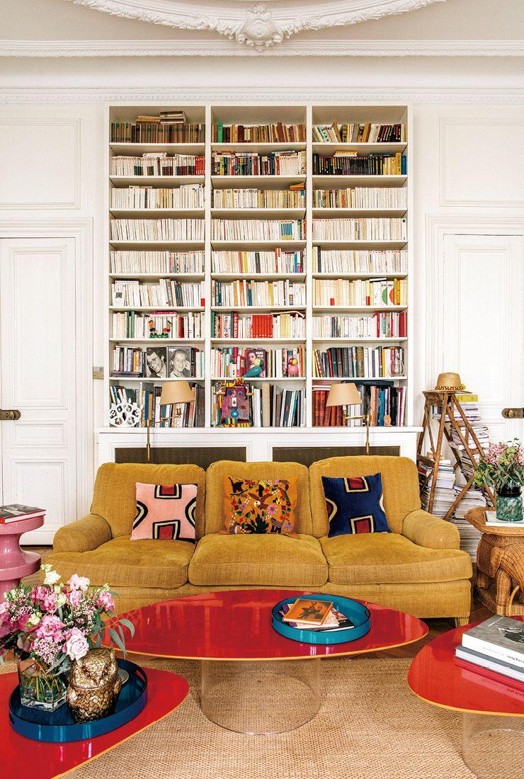 머스터드 색 소파가 거대한 책장 앞에 놓여 있다. 가지런히 배열된 기하학무늬의 쿠션은 지금 가장 뜨거운 인테리어 디자이너 중 한 명인 인디아 마다비(India Mahdavi)와 프랑스 대형 마트 체인 모노프리(Monoprix)의 협업으로 탄생한 것. 소파 중앙에 놓인 쿠션은 멕시코에서 구입했다.