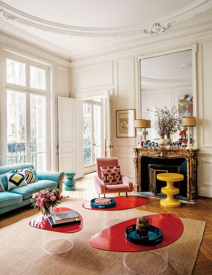 거실 한가운데 놓인 강렬한 빨간색 탁자가 리넨 소재의 청록색 소파를 더욱 돋보이게 만들어준다. 탁자는 자네트 라베리에르(Janette Laverrie‵re), 리넨 소파는 더콘란숍에서 구입한 것.