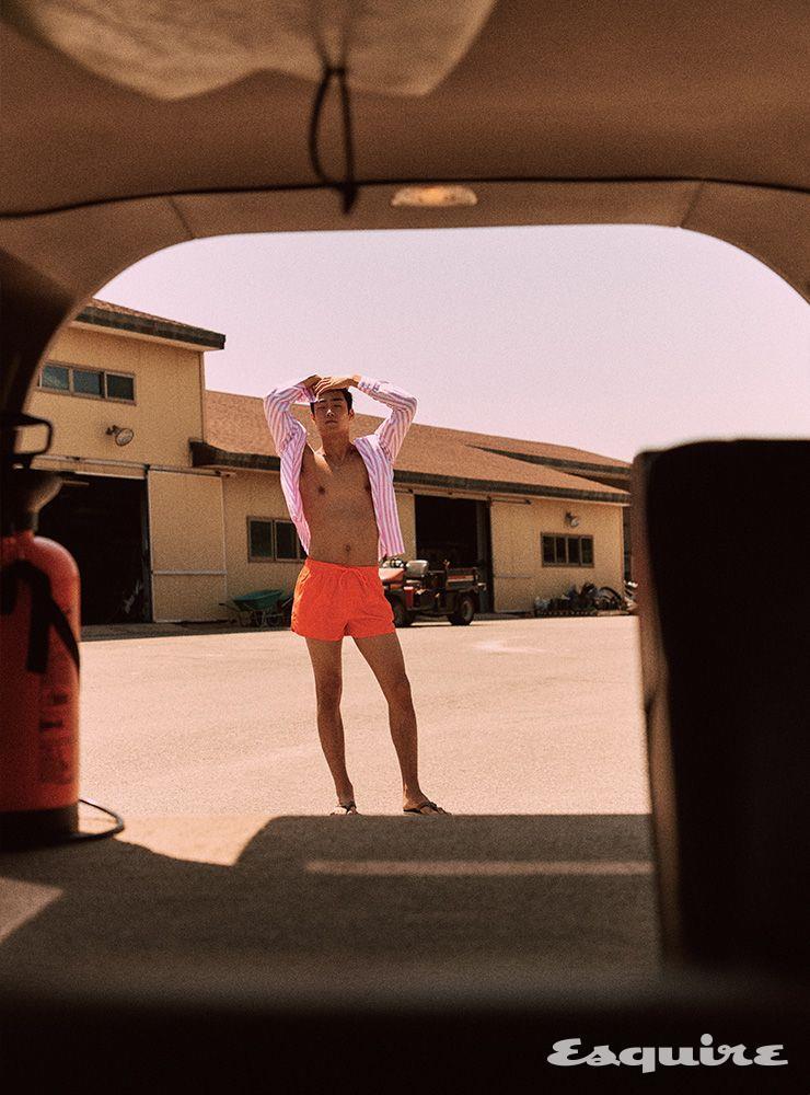 줄무늬 셔츠 가격 미정 에르메스. 수영복 1만4900원 H&M. 플립플롭 모델 소장품. 네크리스 에디터 소장품.