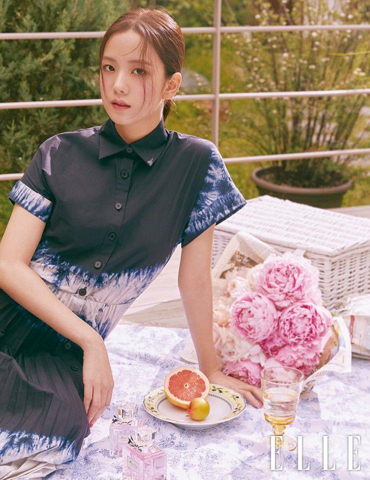 두 뺨에는 디올 백스테이지 로지 글로우, 001 핑크를, 입술엔 디올 립 글로우, 001 핑크를 발라 핑크빛 수채화 같은 룩을 연출. 사용 제품은 모두 Dior. 타이다이 드레스는 Dior.