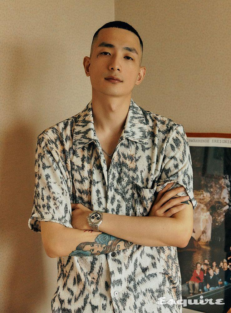 크로노맷 B01 42 1000만원대 브라이틀링. 반소매 셔츠 32만원대 아워 레가시 by 매치스패션.