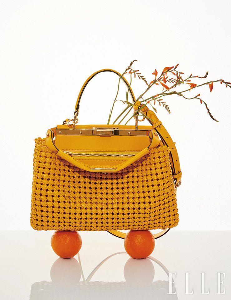 노트 인터레이스 디테일과 경쾌한 컬러가 매력적인 피카부 아이코닉 미디엄 백은 Fendi.