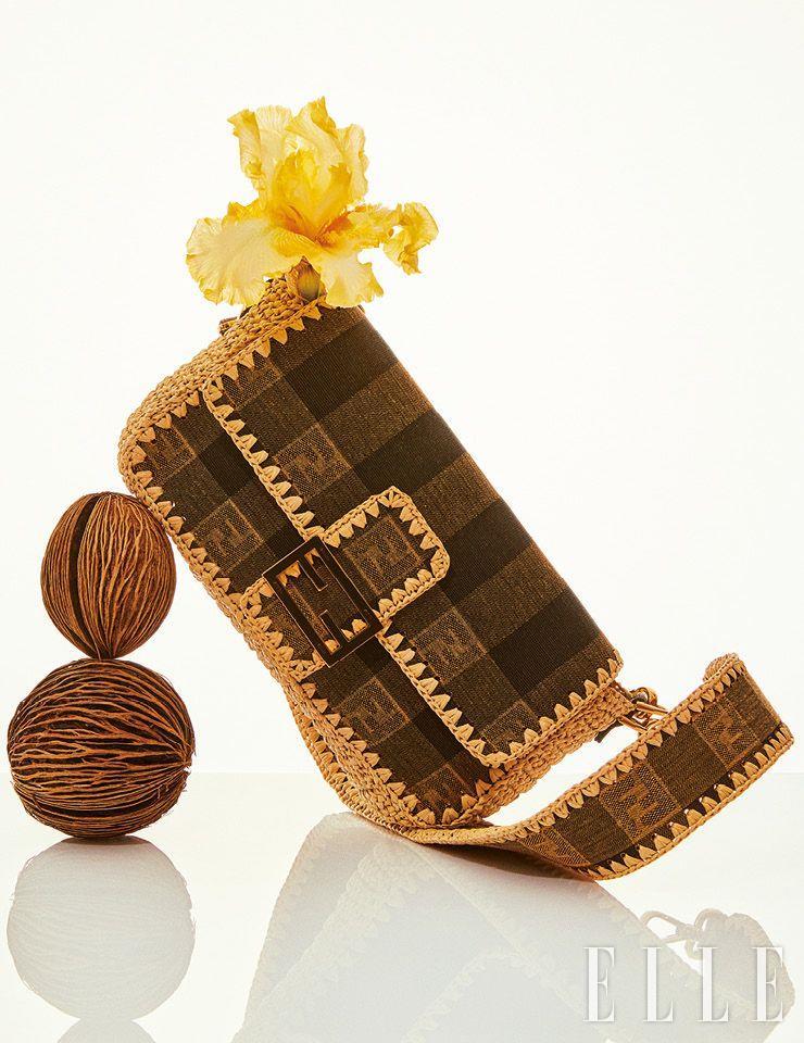 라피아 소재의 스티치 장식을 더한 페퀸 패턴의 바게트 백은 Fendi.