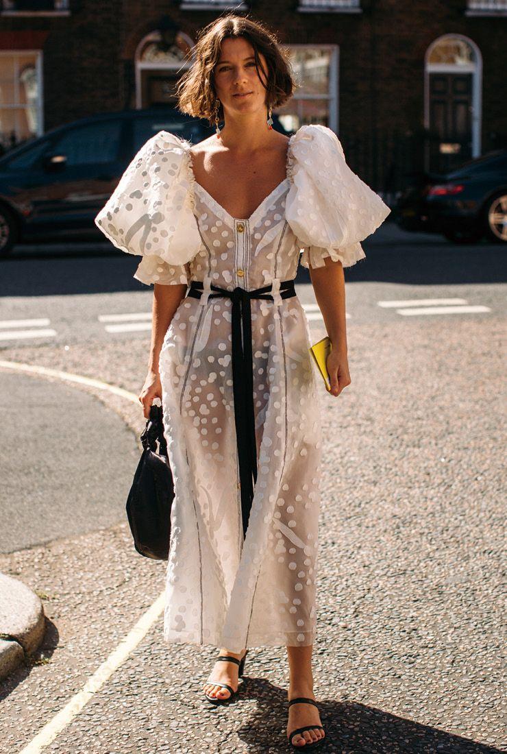 길게 늘어뜨리는 스타일의 벨트는 이번 시즌 키 아이템. 맥시 드레스를 입을 때 유용하다.