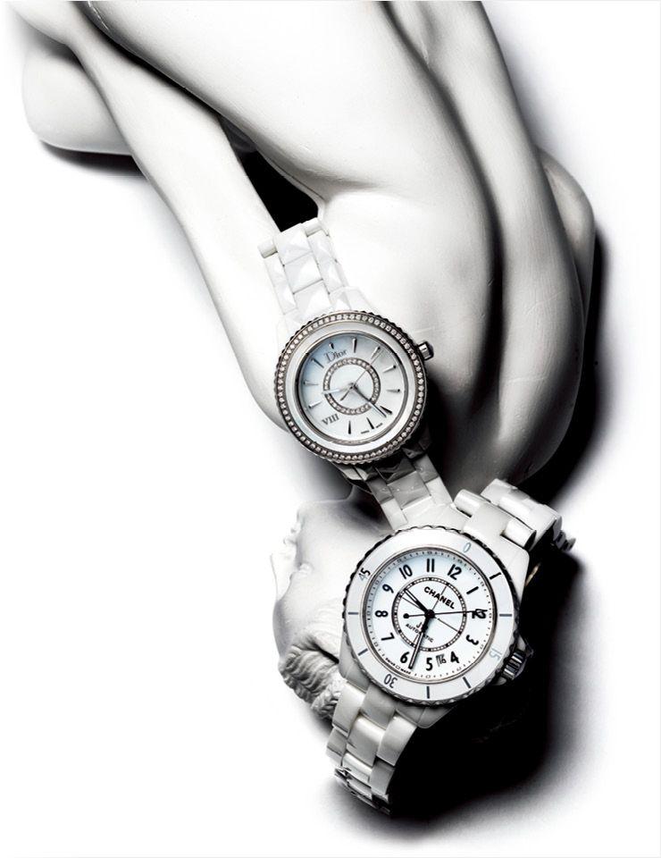 스틸 케이스와 화이트 세라믹 카보숑을 세팅한 J12 화이트 워치는 가격 미정, Chanel Watches. 오묘한 빛깔의 자개 문자반과 다이아몬드 베젤의 디올 윗 워치는 가격 미정, Dior Fine Jewelry.
