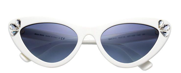 주얼 장식의 캣아이 선글라스는 40만원대, Miu Miu by Luxottica.