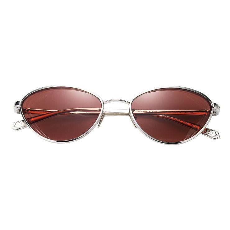 레트로 무드의 선글라스는 가격 미정, Chanel.