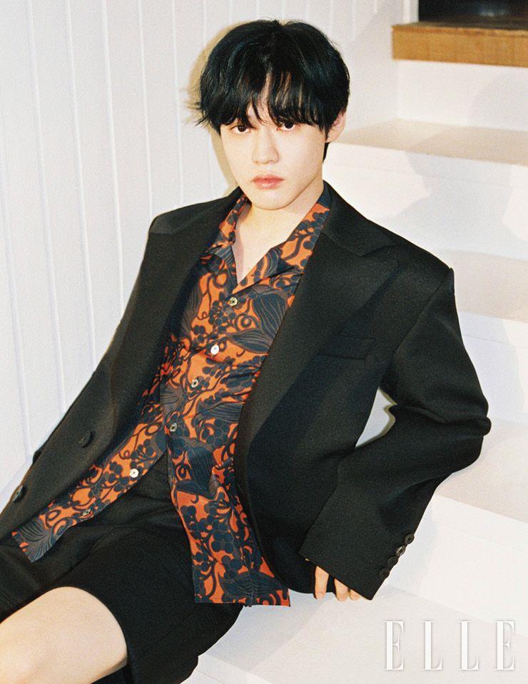 재킷과 셔츠, 팬츠는 모두 Wooyoungmi.