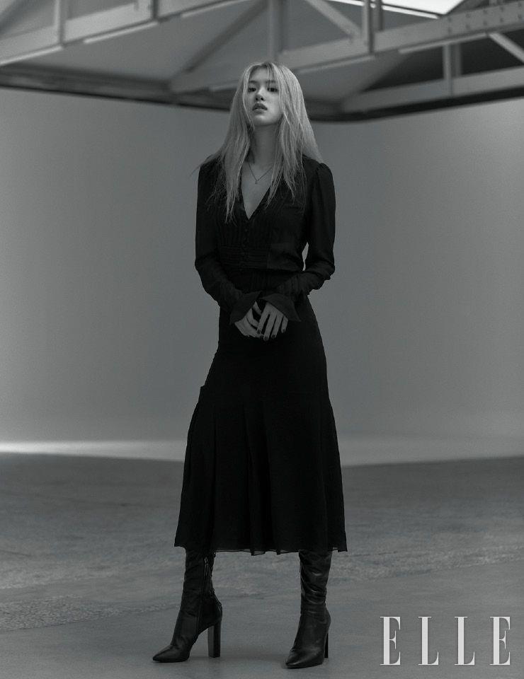 시어한 소재의 드레스와 레더 부츠, 네크리스는 모두 Saint Laurent by Anthony Vaccarello.
