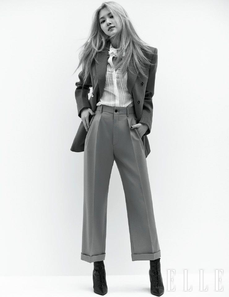 피크트 라펠 재킷과 보 장식의 블라우스, 핀턱 팬츠, 레이스업 부츠는 모두 Saint Laurent by Anthony Vaccarello.