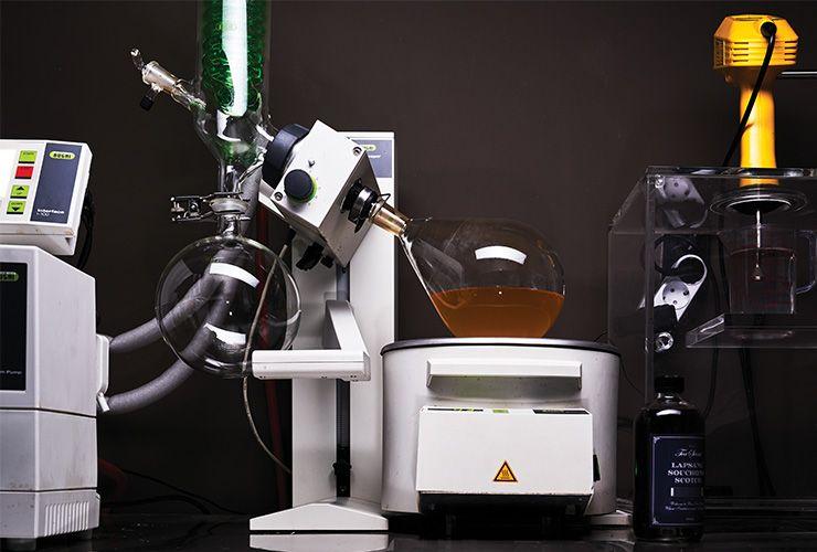 2 바 티센트의 연구실. 원심분리기, 초음파 분산기, 회전 농축 증발기 등 온갖 화학 기계를 갖춰놓고 차 성분을 추출해 술에 접목하거나 아예 새로운 술을 만든다.