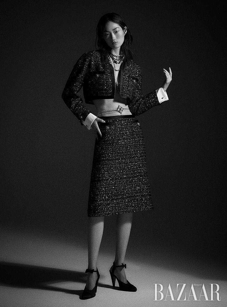 트위드 크롭트 재킷, 스커트, 진주 목걸이, 리본 장식 목걸이, 벨트, 메리제인 슈즈는 모두 Chanel.