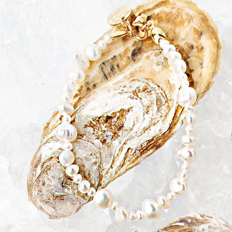 다양한 크기의 진주알을 매치한 팔찌 7만원대 올라 아모르 에스투디오스(Hola Amor Estudios).