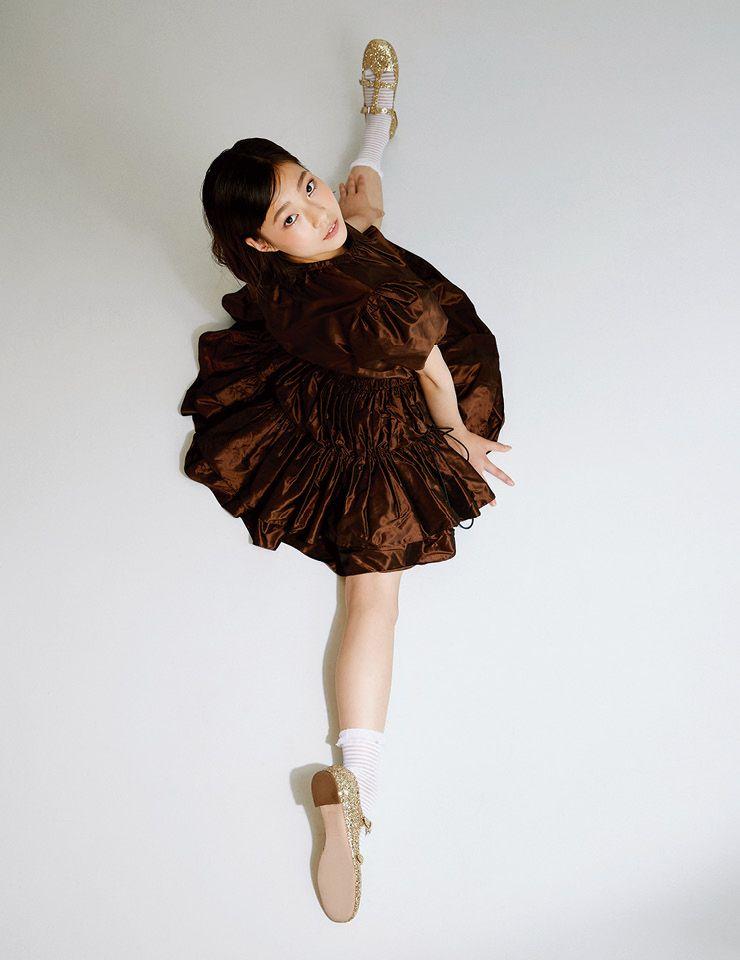 퍼프 소매의 티어드 원피스와 골드 글리터 신발은 모두 Miu Miu.