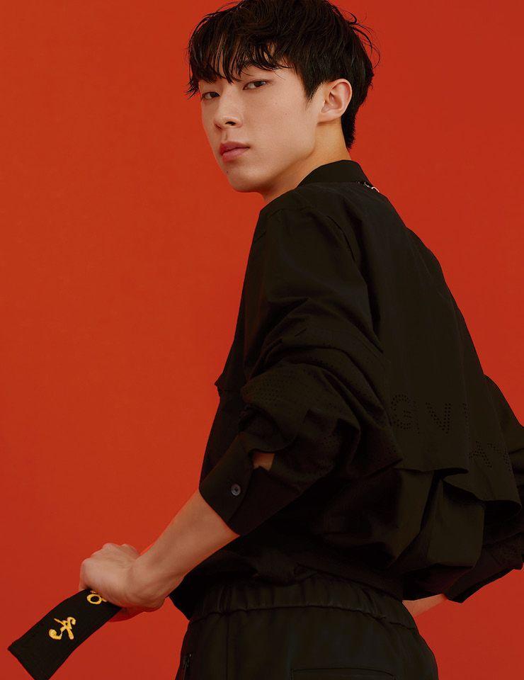 블랙 셔츠와 팬츠는 모두 Givenchy. 목걸이는 Stephen Webster.
