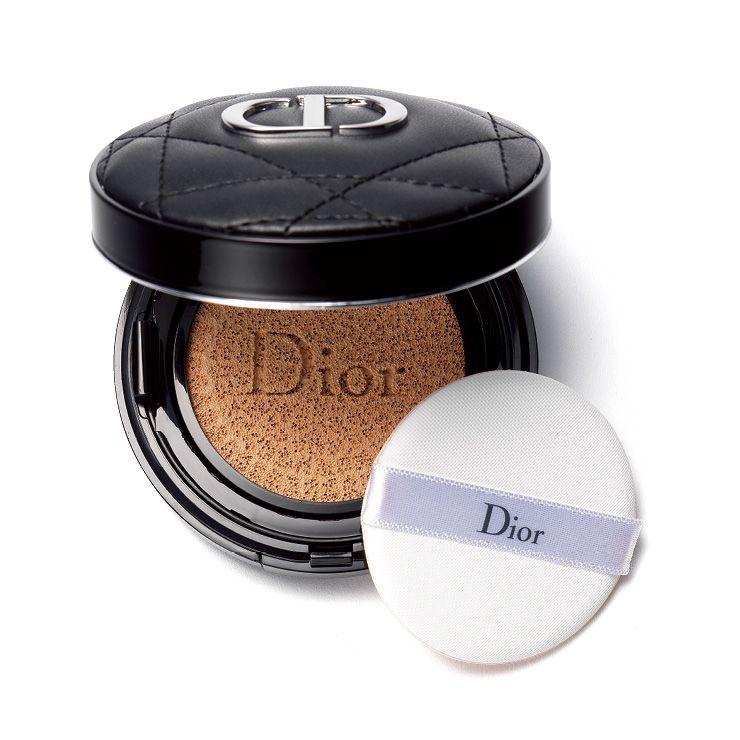 하루종일 산뜻한 피부를 지속시켜주는 쿠션. 디올만의 카나주 패턴으로 마무리된 고급스러운 쿠튀르 스타일의 슬림 케이스로 언제 어디서든 휴대하며 덧바르기 좋은 디올 포에버 퍼펙트 쿠션, 8만1천원, Dior.