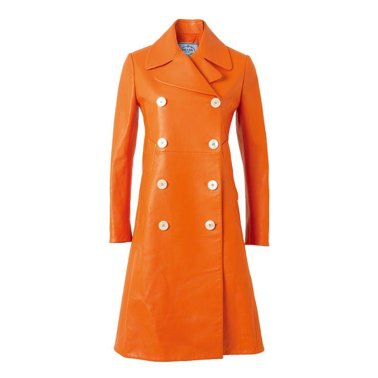 미니멀한 실루엣의 투 버튼 롱 코트는 가격 미정, Prada.