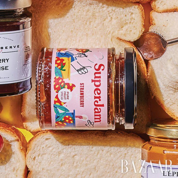 천천히 오랫동안 졸여 만든 영국의 무설탕 딸기 잼은 1만원 Superjam.