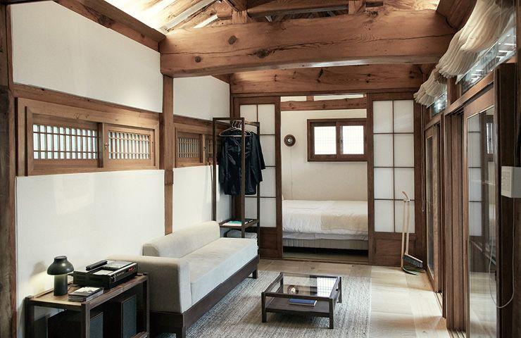 방과 거실 곳곳에 공간의 서정과 어울리는 음반과 시집이 놓여 있다. 머무는 동안 '잘 쉬는 법'을 알려주는 장치들.
