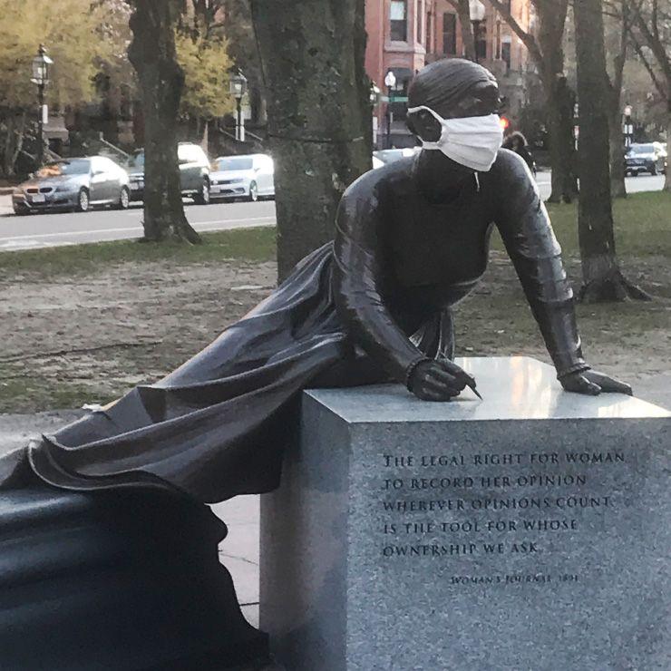 """4월 어느 저녁 산책길에 헬렌 브랜스웰은 사진 속 19세기 여성 운동가 루시 스톤의 동상을 비롯해 보스턴 여성 기념 공원의 동상들을 사진으로 찍었다. 브랜스웰은 트위터에 이렇게 올렸다. '동상이 모두 마스크를 쓰고 있다. 아주 많은 것을 말하고 있다."""""""
