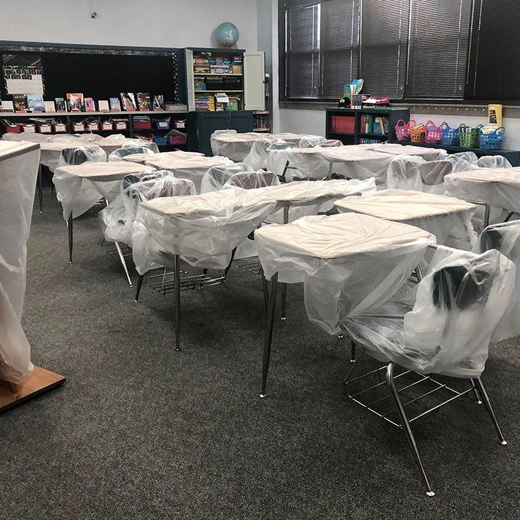 리치가 근무하는 초등학교. 아이들로 북적여야 할 교실이 조용하다.