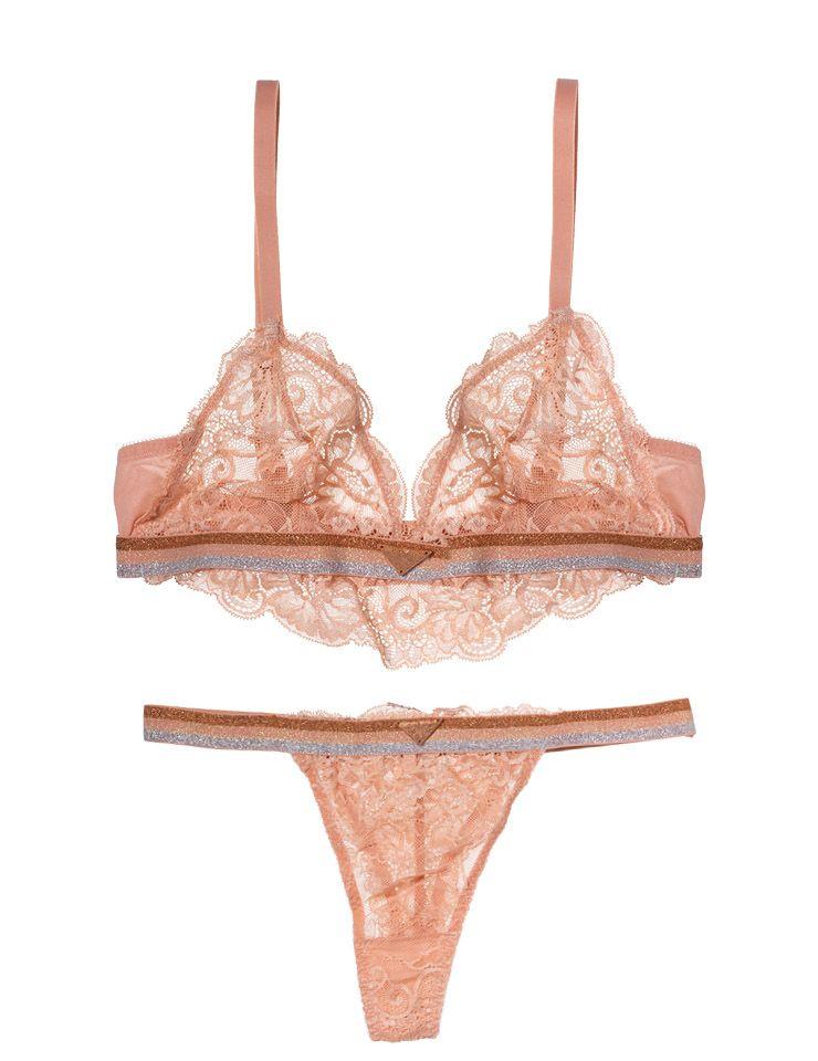 핑크 레이스 브라렛 13만9천원, 글리터 밴드 팬티 7만8천원, 모두 Emporio Armani Underwear.