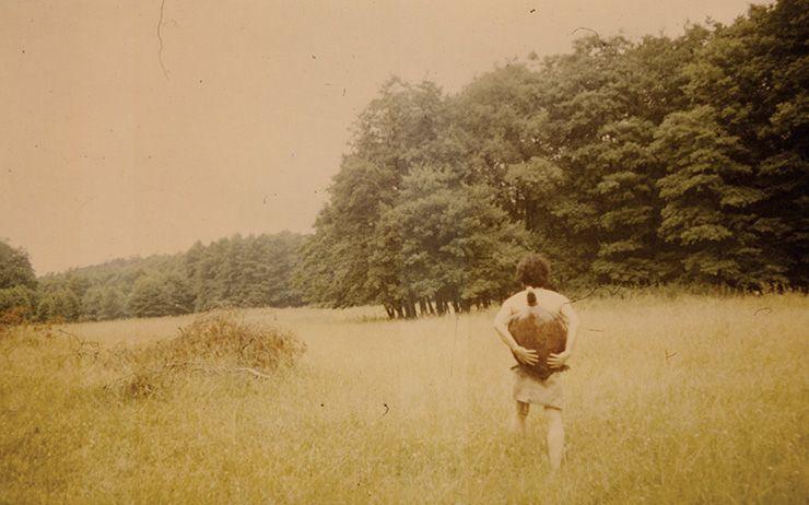 임동식, 〈1985년 함부르크에서의 거북이와 함께한 방랑 사진〉, 1985, 8.7x13.1cm.