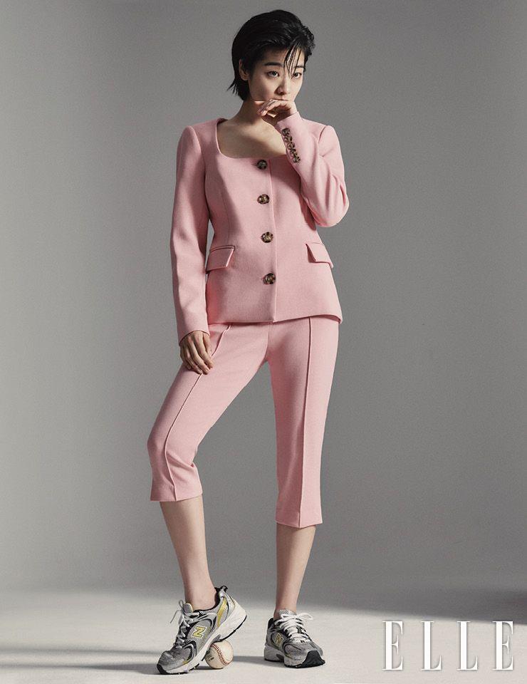 스퀘어 네크라인의 재킷과 세트업 팬츠는 모두 Veronica Beard by Net-A-Porter. 스니커즈는 New Balance.