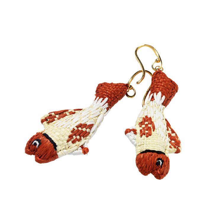 물고기 모양의 이어링은 가격 미정, Prada.