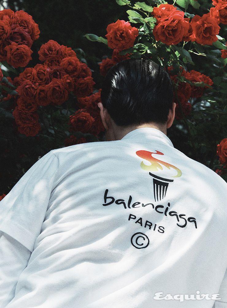 올림픽 프린트 디테일의 티셔츠, 터틀텍 톱 모두 가격 미정 발렌시아가.
