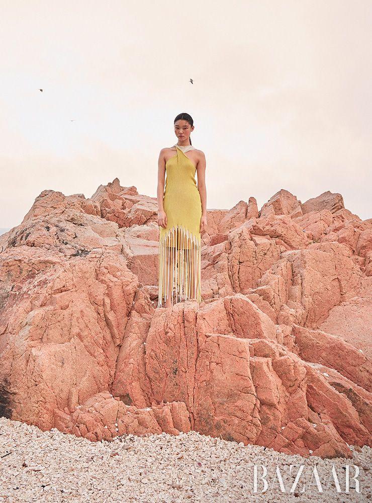 프린지 디테일의 니트 드레스, 버뮤다 쇼츠는 모두 Bottega Veneta.