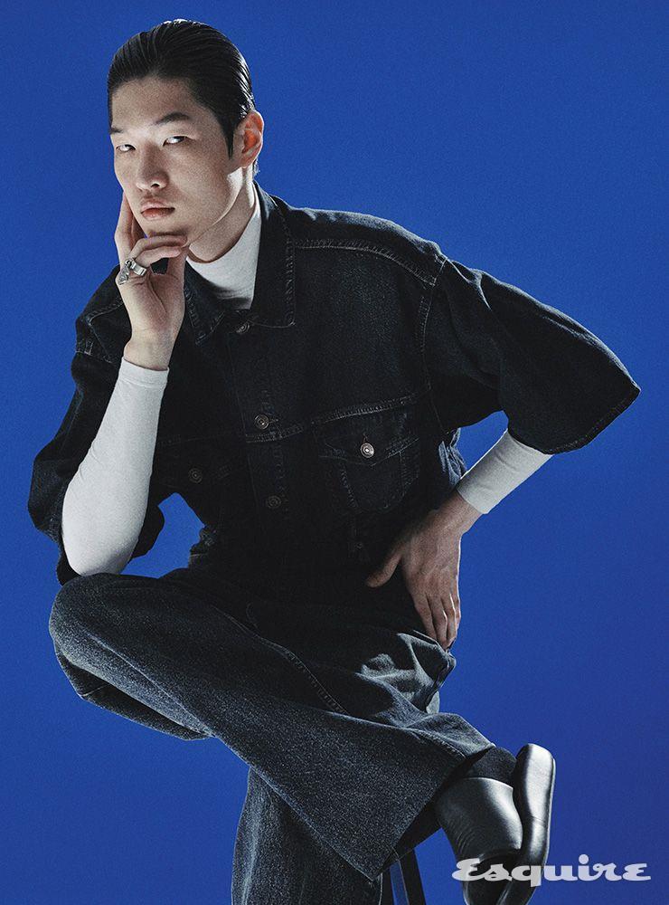 데님 재킷 디테일을 응용한 셔츠, 터틀넥 톱, 배기 실루엣의 데님 팬츠, 블랙 슬라이드, 삭스, 링 모두 가격 미정 발렌시아가.