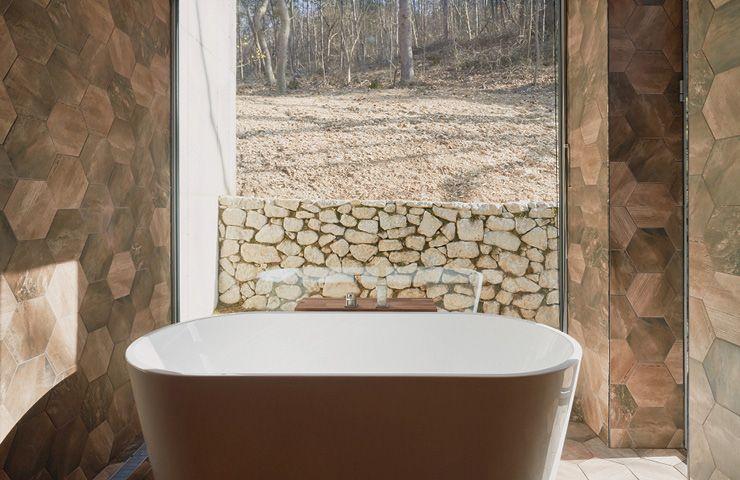 숲의 사계를 발견할 수 있는 욕실.