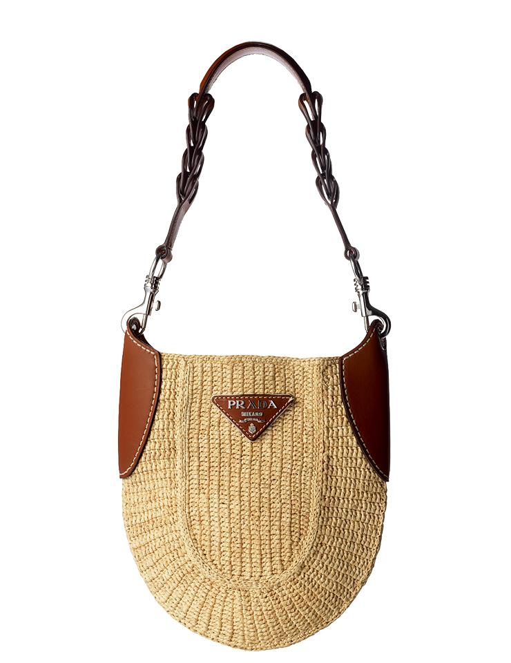 브라운 컬러 가죽으로 포인트를 준 라피아 호보 백은 가격 미정, Prada.